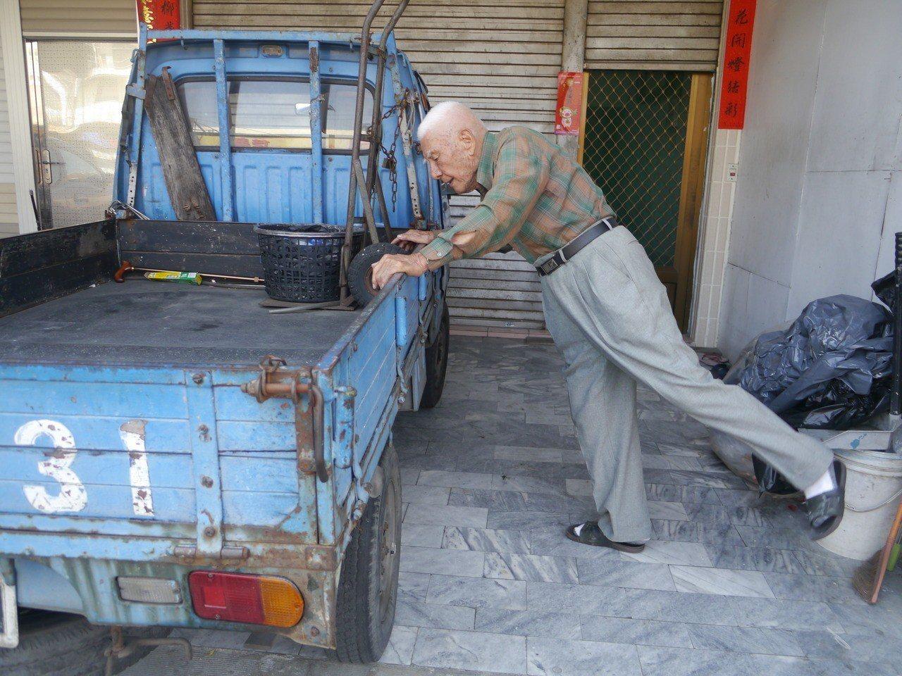 姜伯伯說,平常都在住家騎樓運動,他的小貨車是最佳運動夥伴。記者徐白櫻/攝影
