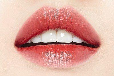 ETUDE HOUSE唇萃印記~水感光澤唇釉「#RD301玫瑰可可」的薄擦效果。...