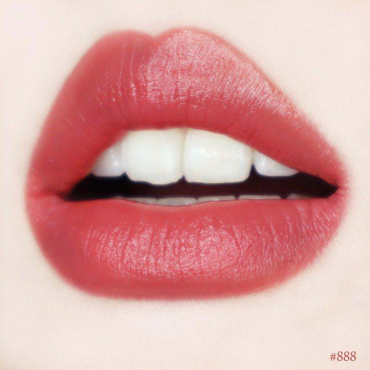 MAYBELLINE媚比琳極綻色緞光絲柔唇膏「#888單身派對」。圖/媚比琳提供