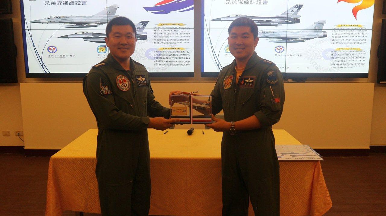 胡志華(左)、胡中華(右)。圖/空軍提供