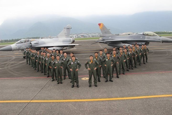 17隊(右)與42隊(左)因為雙方主官是雙胞胎兄弟,因而締結兄弟隊。圖/空軍提供