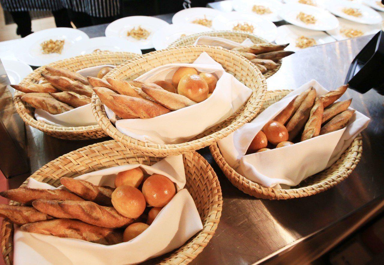 今晚《味覺.法國》晚宴在基隆登場,看到經國學院同學用心,烹煮出法式美味佳餚,林右...