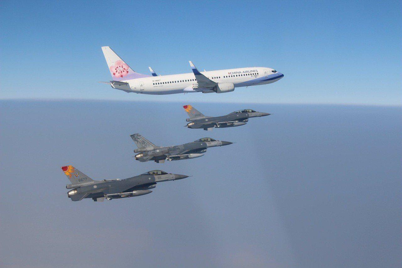 總統蔡英文女士今(21)日展開空軍司令部今天公布第五聯隊派出戰機對總統專機實施護...