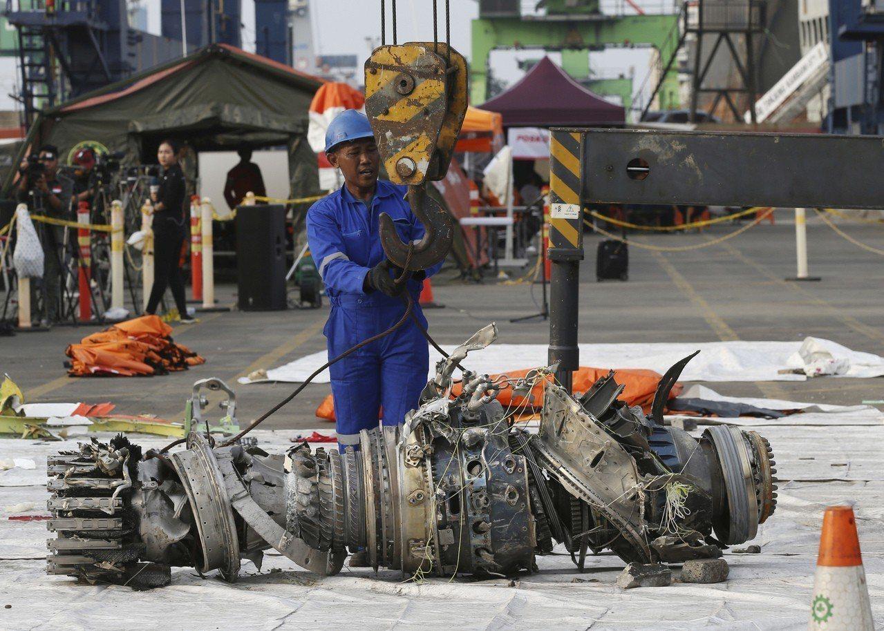 印尼當局將打撈上岸的飛機殘骸送往全國運輸委員會檢驗。(美聯社)