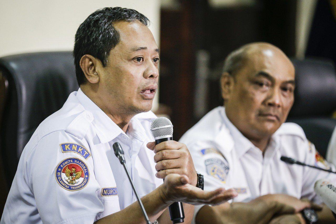 印尼全國運輸委員會調查小組負責人烏托莫(左),21日在記者會說明座艙通話紀錄器初...