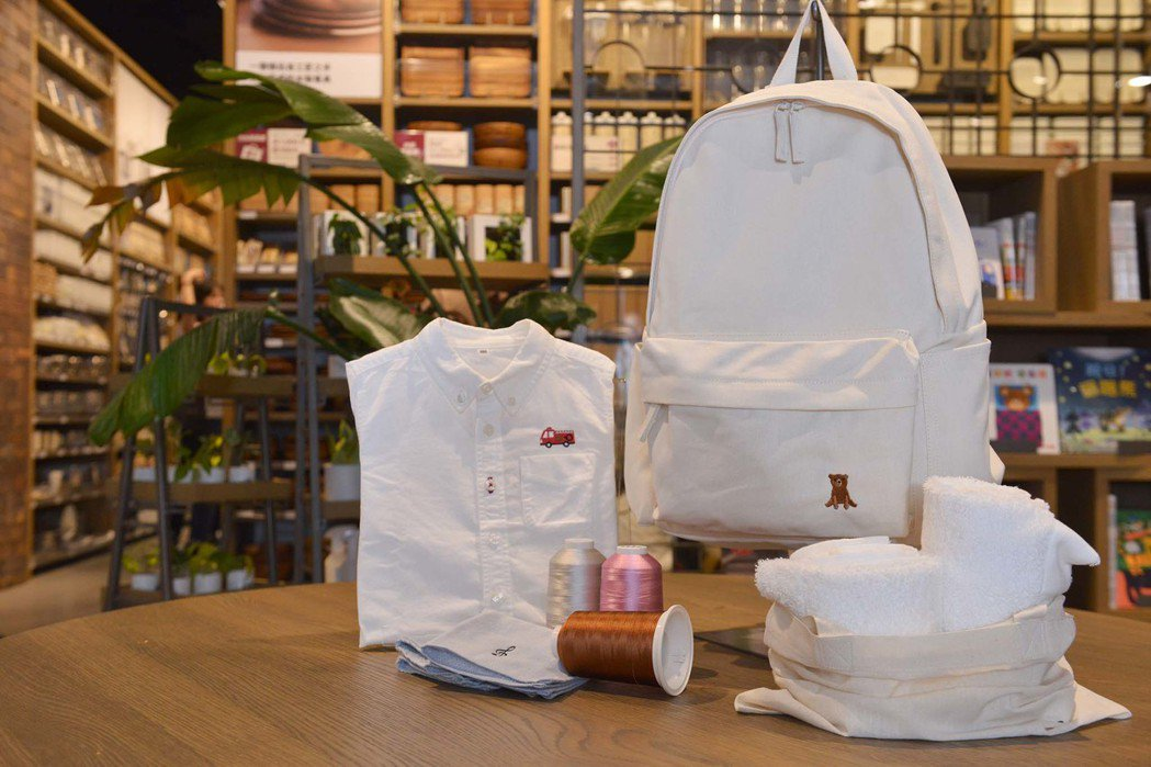 MUJI無印良品台南門市全新導入的「刺繡工房」,讓消費者可在門市購入的布製品加上...