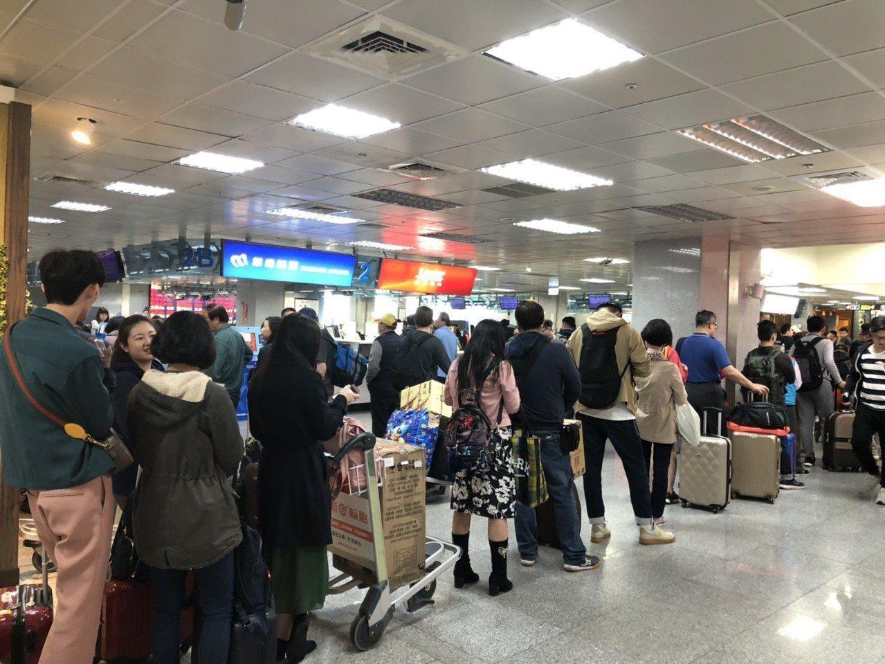霧鎖金門,金門尚義機場今共取消35架次班機,機場各櫃臺排滿等候退票的民眾。記者蔡...