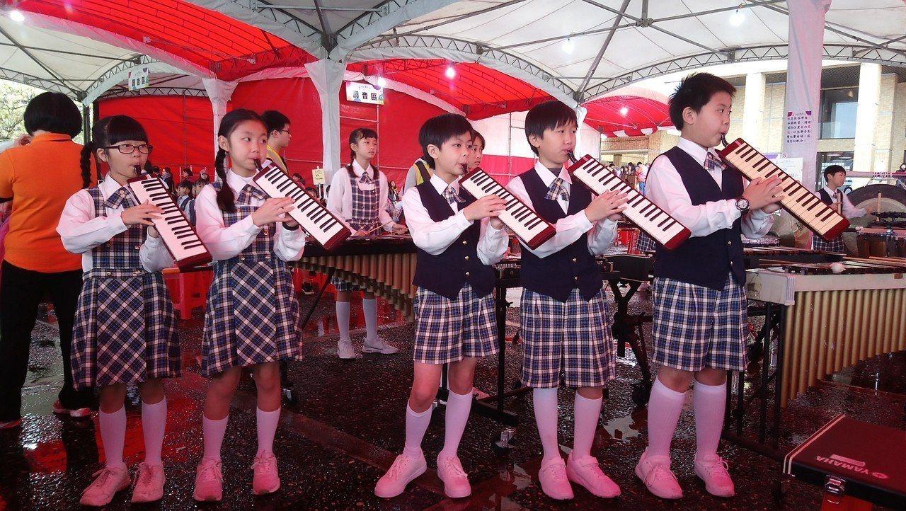 桃園市大竹國小兒童樂隊參加近10年的全國賽,累積拿到9次特優。圖/教育局提供