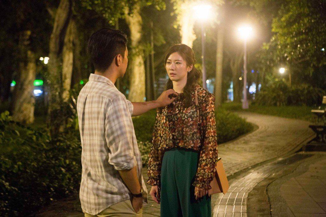 張景嵐(右)與黃健瑋在「我是顧家男」中上演「勾勾纏」擁抱戲碼。圖/八大提供