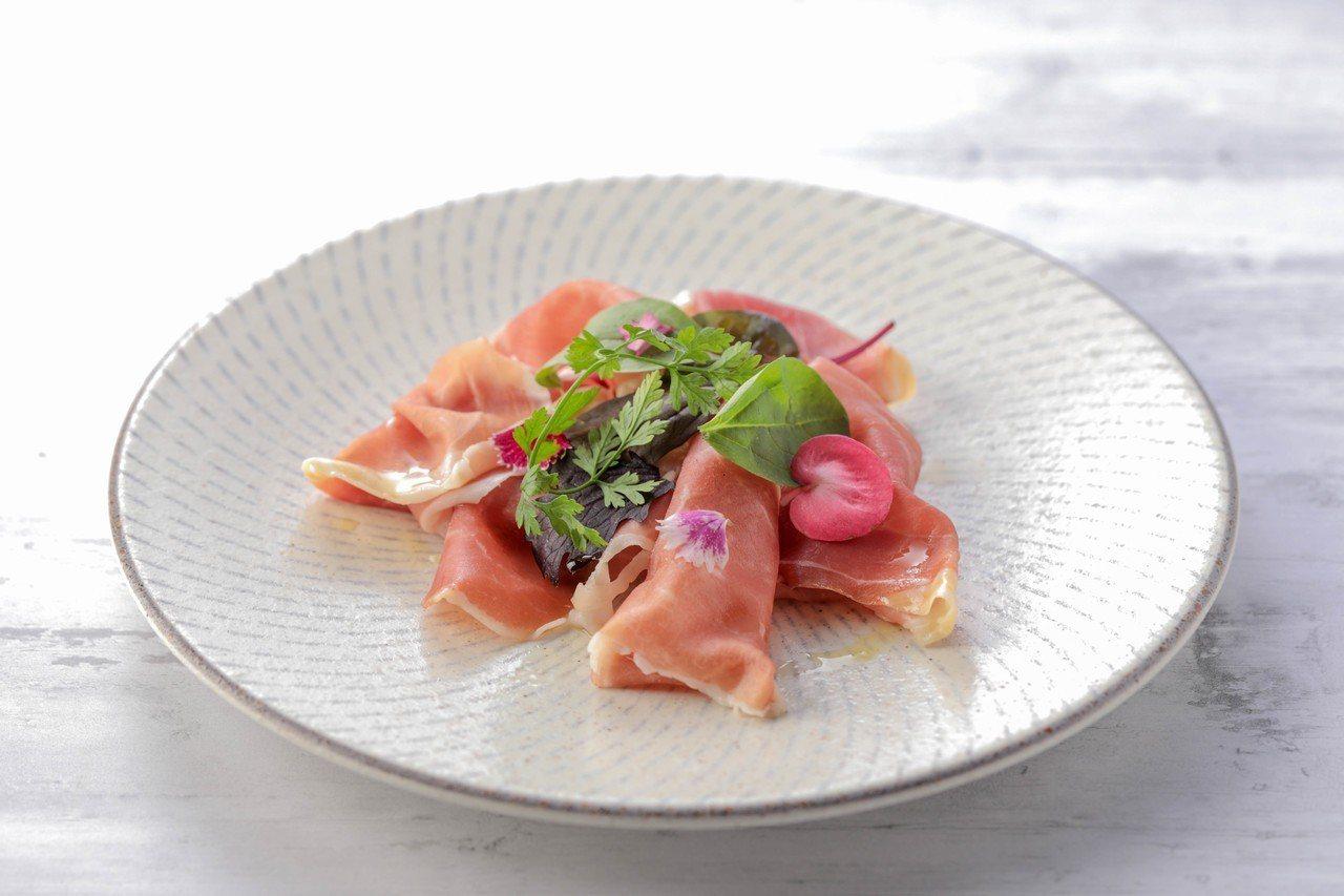 經典帕瑪生火腿冷盤,搭配當季生菜、山蘿蔔葉與義大利初榨橄欖油,售價260元。圖/...