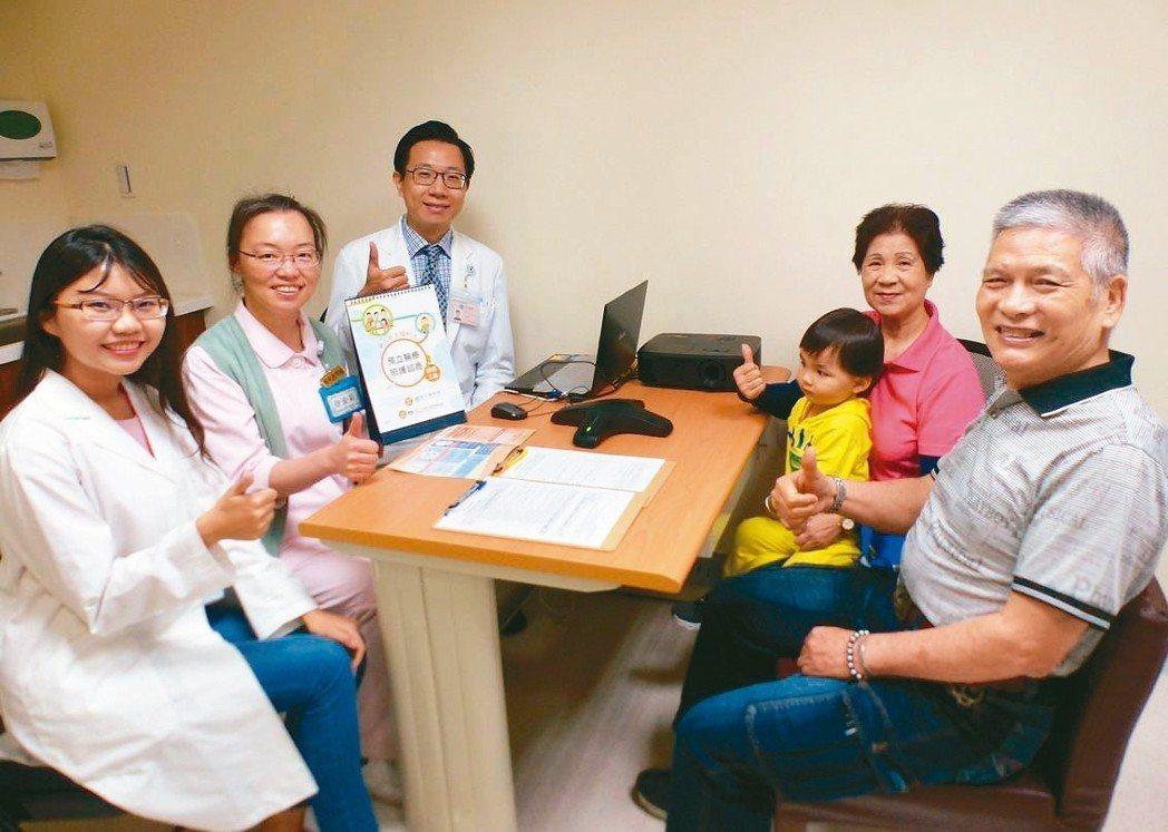 唐姓榮民(右起)與妻子聯袂到台中榮總,諮詢簽署預立醫療決定。 記者趙容萱/攝影