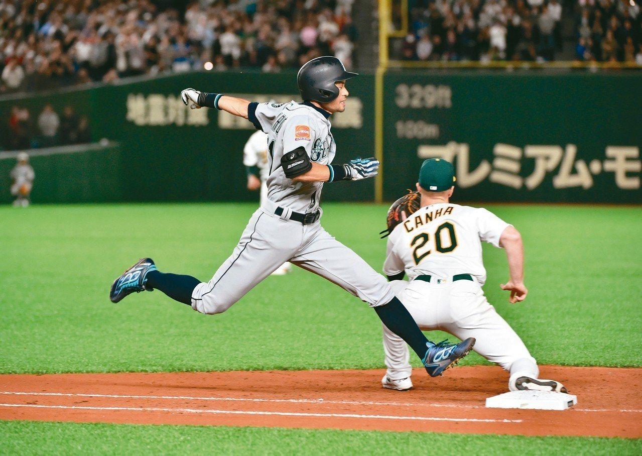鈴木一朗(左)最後打席擊出內野滾地球,全力跑向一壘。 (法新社)