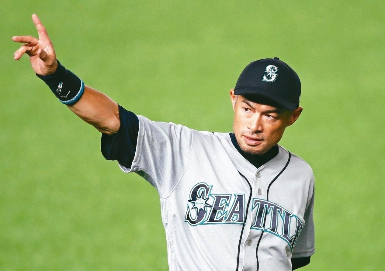 鈴木一朗退場時向球迷道別。 (路透)