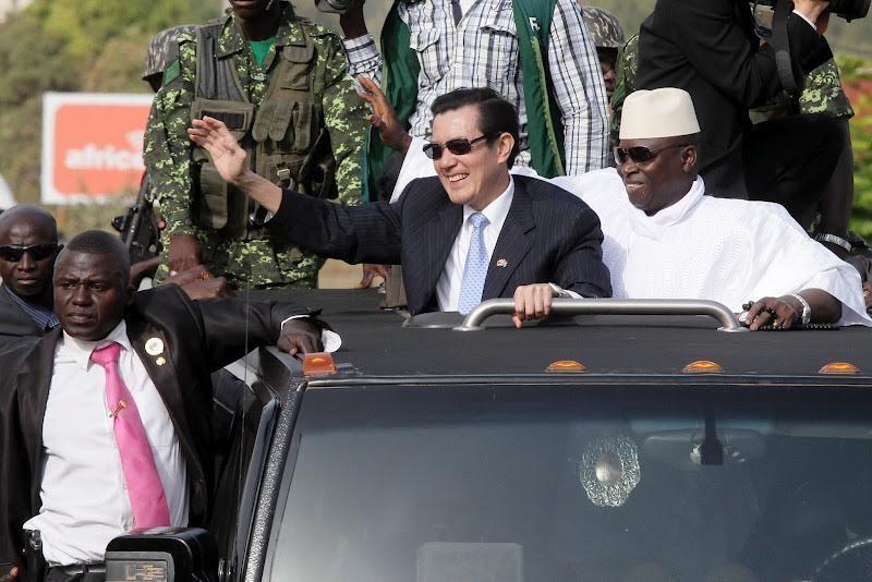 前總統馬英九出訪非洲時,曾回應油電雙漲的問題,圖為訪甘比亞畫面。圖/取自總統府網...