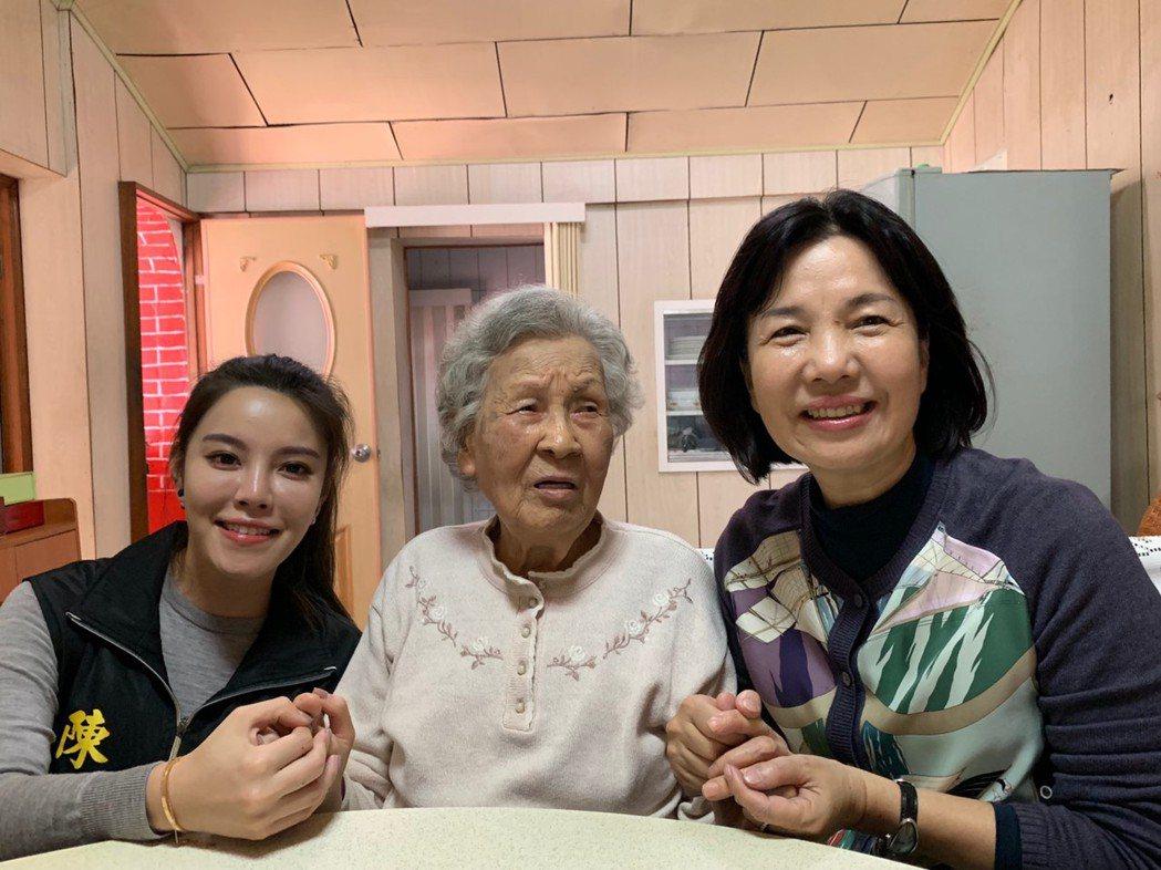 郭秀珠(右)相當關心高齡92歲的扁媽陳李慎(中),對外稱是扁媽乾女兒,今年農曆年...
