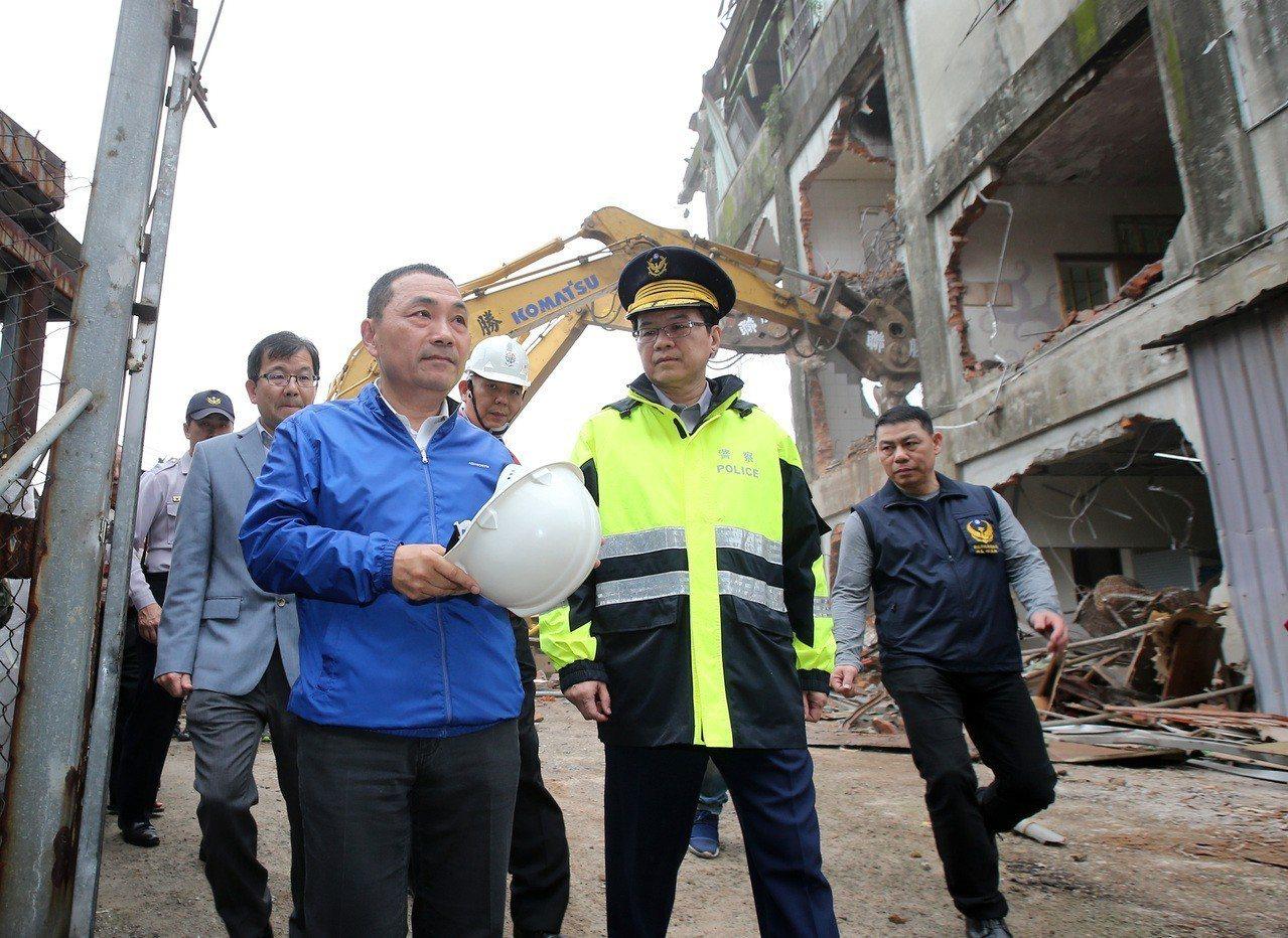 新北市長侯友宜(左前)下午率隊拆除板橋區大觀路一處違建。記者林澔一/攝影