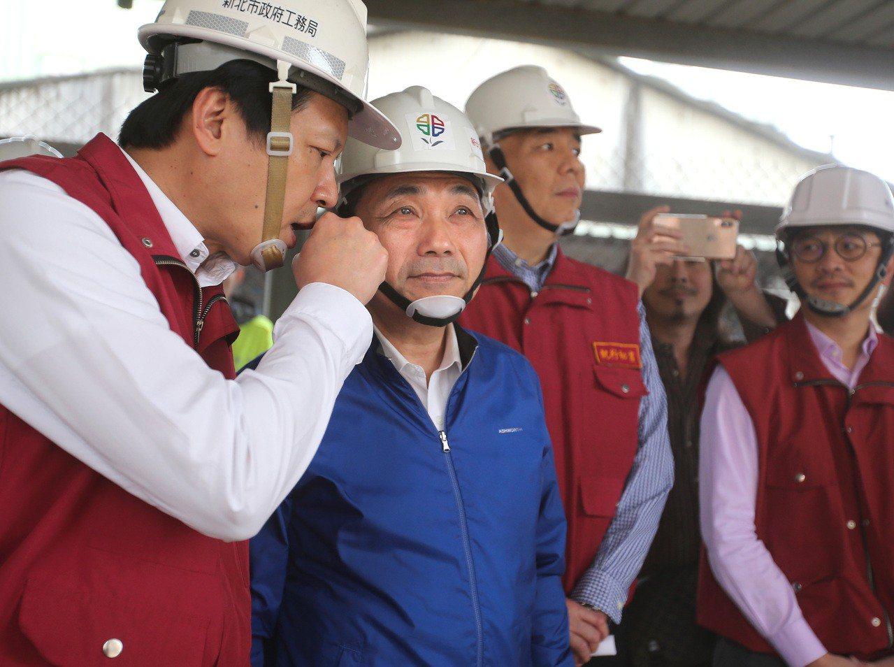 新北市長侯友宜(左二)下午率隊拆除板橋區大觀路一處違建。記者林澔一/攝影