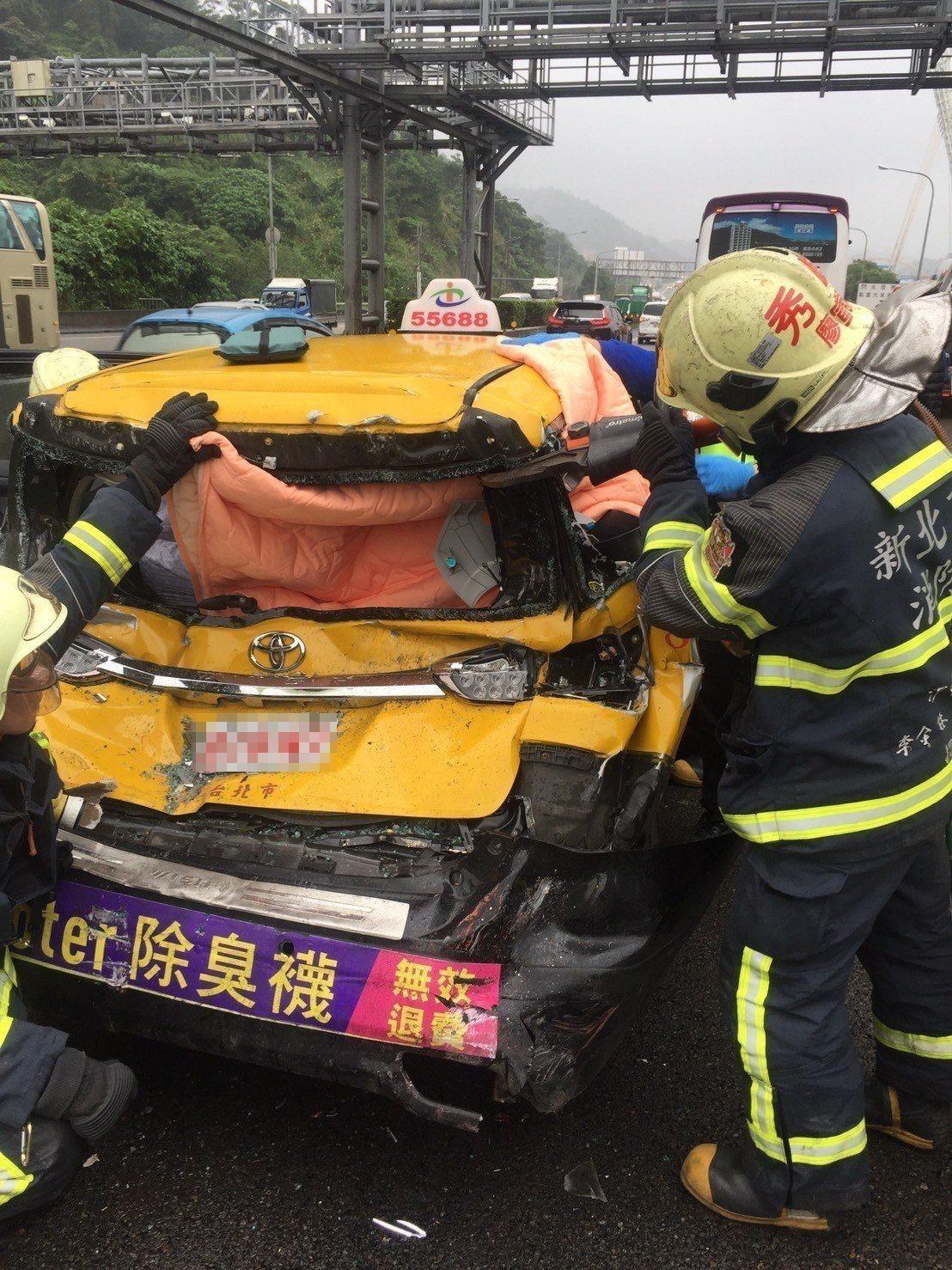 2輛客運夾撞1輛計程車 國道汐止段2人送醫