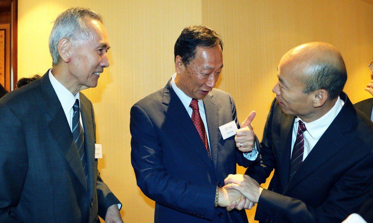 高雄市長韓國瑜(右)今天在香港簽下20多億農漁產品訂單後,隨即前往香港信和集團參...
