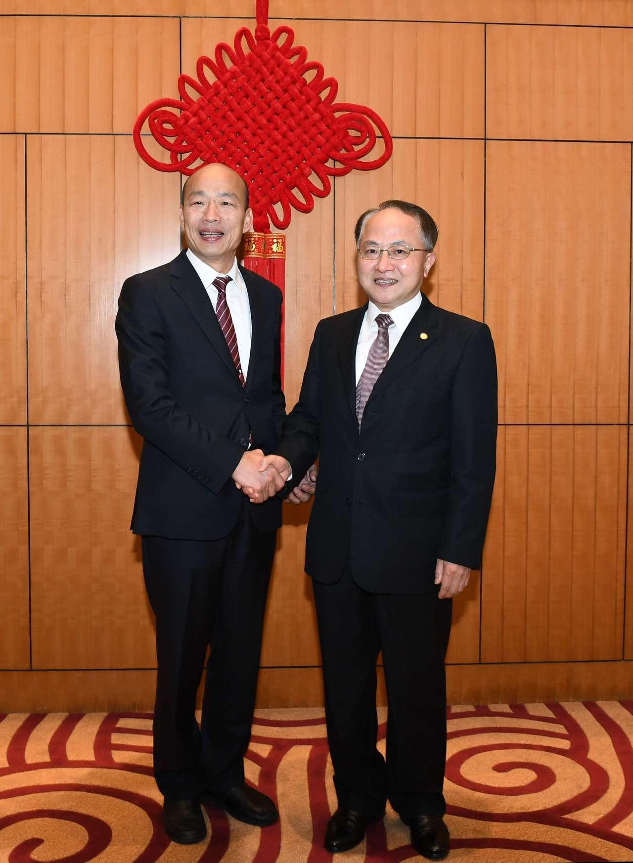 高雄市長韓國瑜(左)與中聯辦主任王志民。 香港中通社