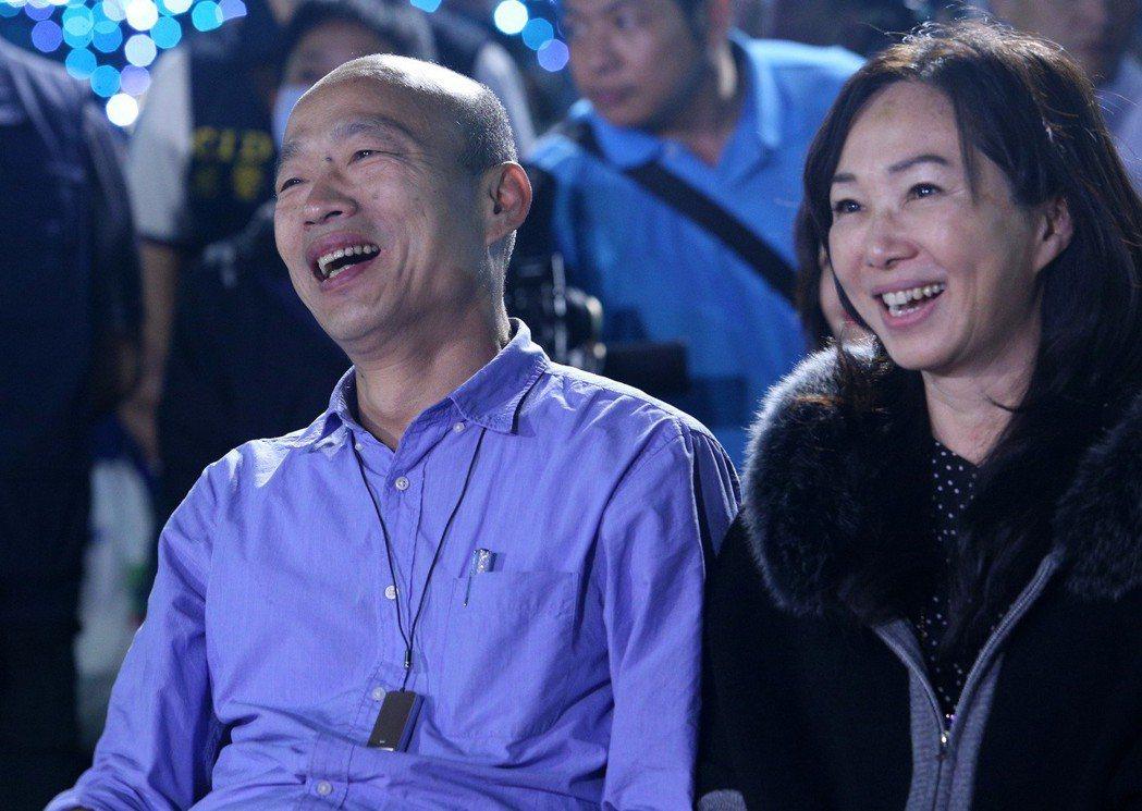 李佳芬(右)打趣自稱是老公韓國瑜的「哆啦A夢」。 圖/聯合報系資料照片