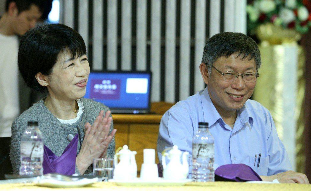 台北市長柯文哲(右)出訪以色列、妻子陳佩琪(左)表示雖沒和先生一起出國,但會幫他...
