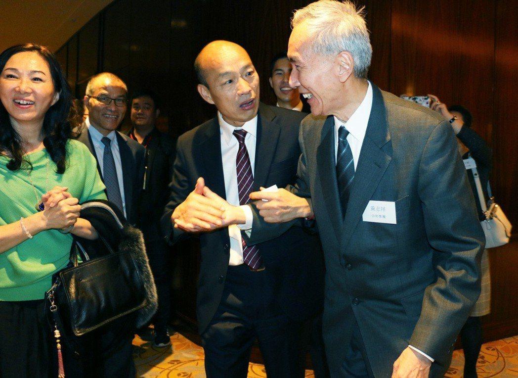 高雄市長韓國瑜(右二)與夫人李佳芬(左一)昨天在香港簽下20多億農漁產品訂單後,...