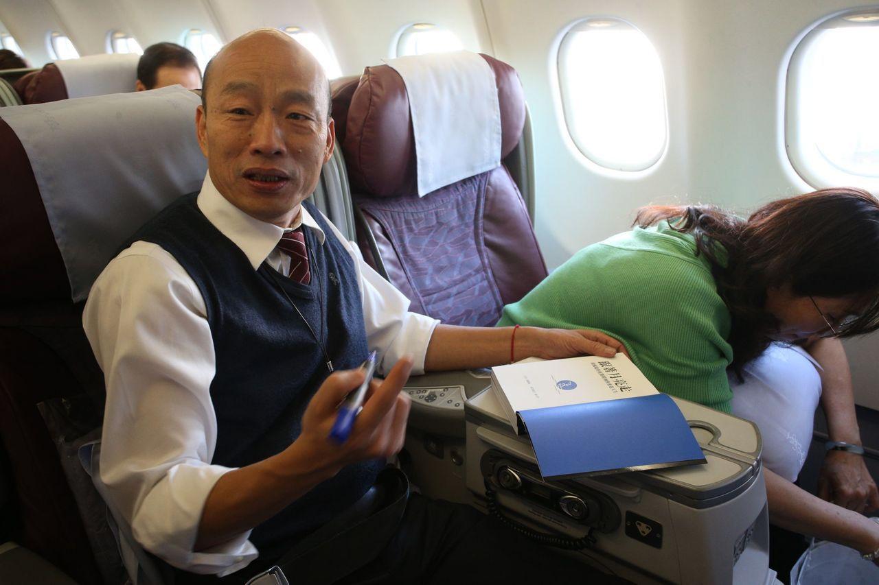 高雄市長韓國瑜與夫人李佳芬在機上幫粉絲簽書。 聯合報記者劉學聖/攝影