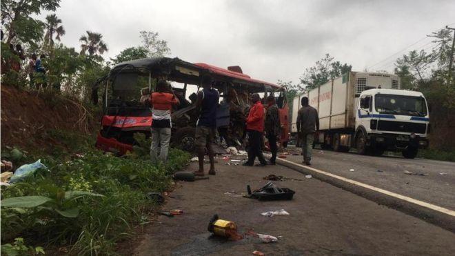 迦納南部今天有2部巴士對撞,造成至少60人喪命。 圖/擷自BBC