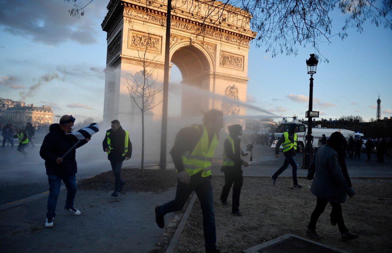 法國黃背心示威十六日的暴力衝突讓政府決定出動軍隊維安。 歐新社