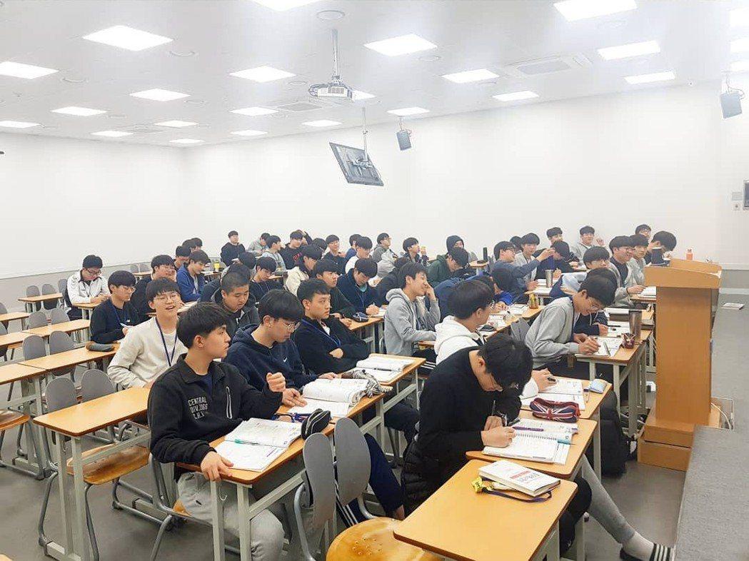 全都是男學生的課堂。 圖片來源/예지IG