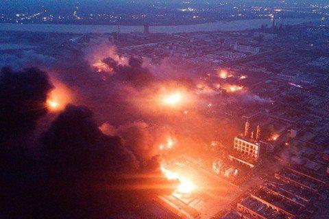 中國江蘇省鹽城的化工園區,在21日下午發生天嘉宜化工廠的嚴重爆炸事件,不僅廠區幾...