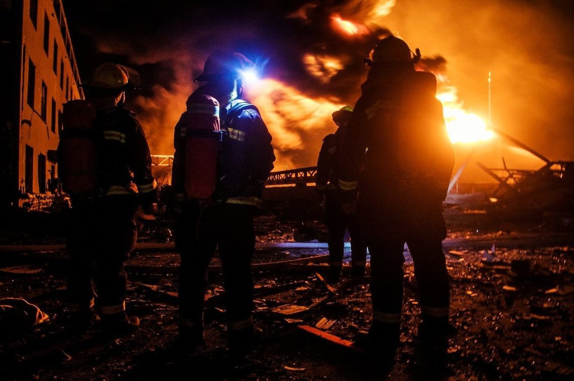 江蘇先後緊急調派了192輛消防車、將近千人的警消人力搶救,直到22日凌晨才逐漸控...