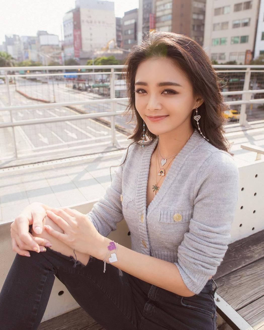 辣媽名媛夏黃廉盈外表激似大S。圖/擷自instagram。