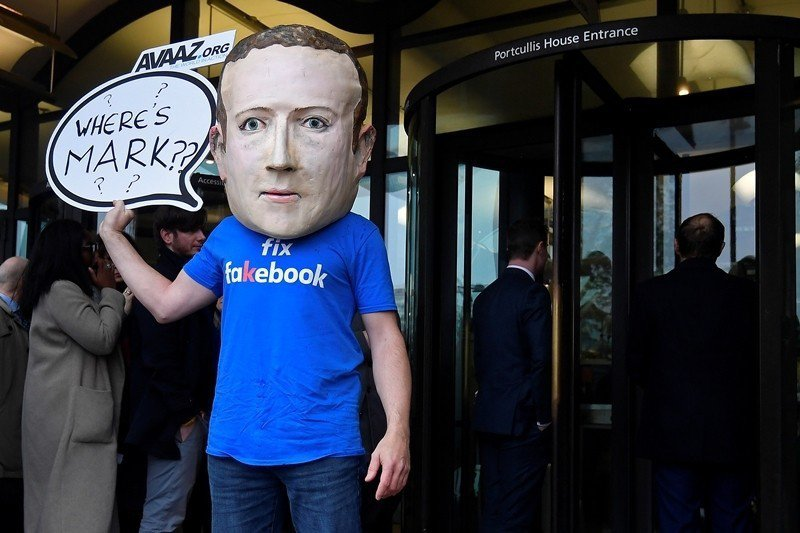 2018年11月,民眾抗議臉書執行長馬克祖克柏拒絕出席假新聞公聽會,攝於英國倫敦...