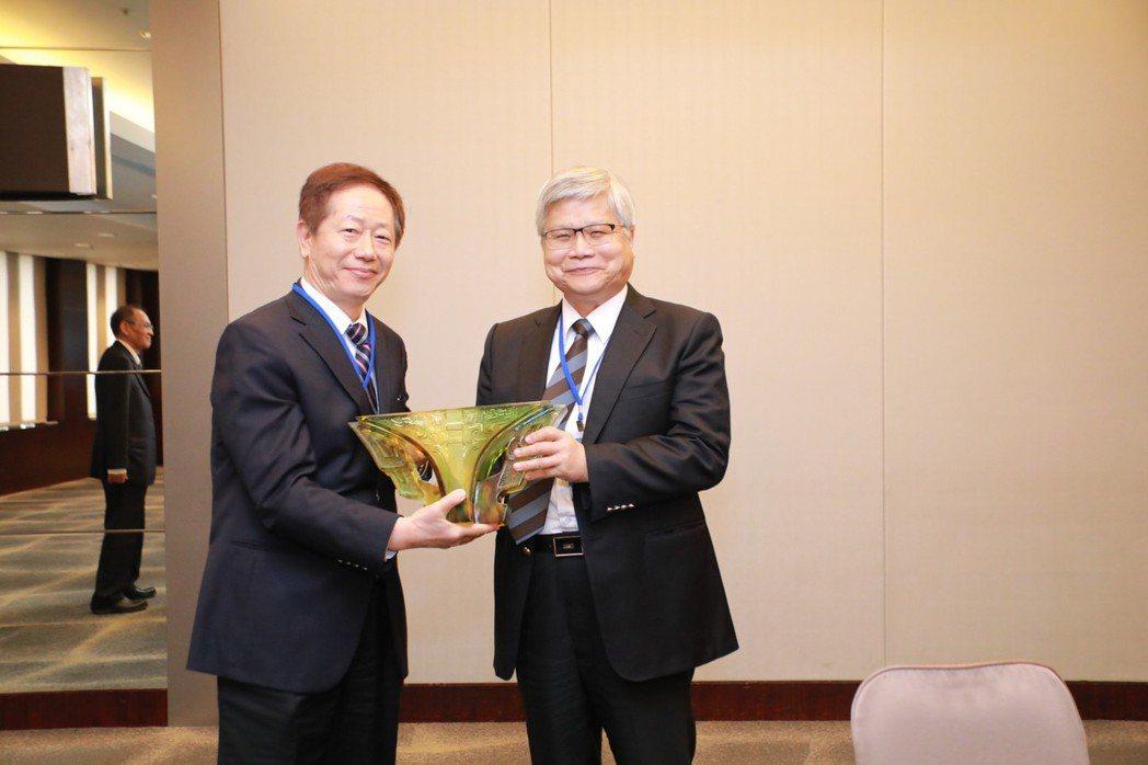 第十二屆新任理事長劉德音,感謝上屆理事長魏哲家的辛勞。  TSIA/提供。