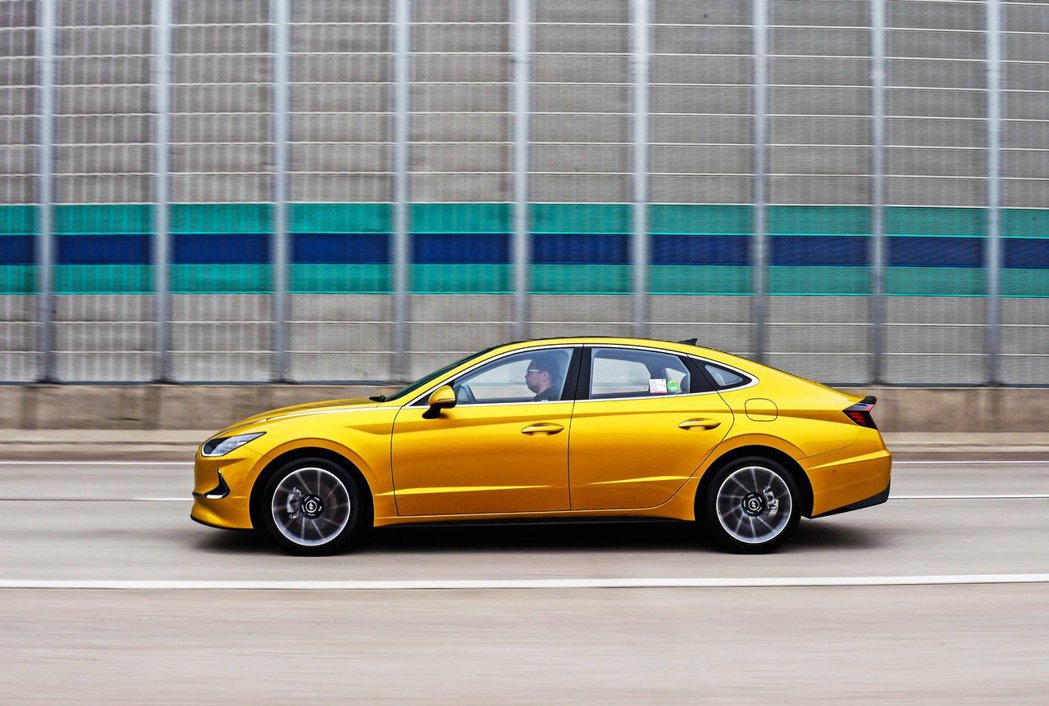 Hyundai Sonata從原本傳統的三廂設計,到變為Four-Door Co...