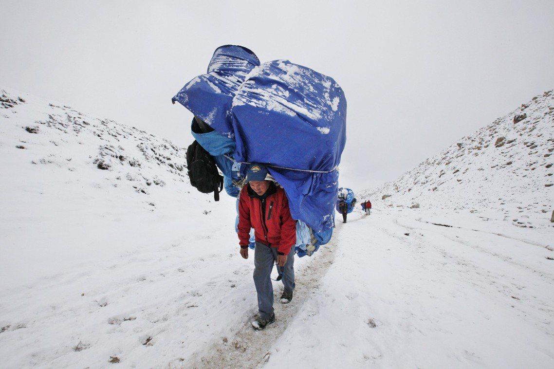 居住在喜馬拉雅山區的雪巴人,由於散居於高山地帶、善於登山,常被委任搬運任務。 圖...