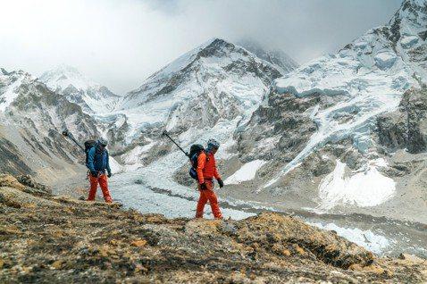 受到全球暖化衝擊,終年冰封的世界第一高峰「聖母峰」,近年來冰雪正快速消融中。 圖...