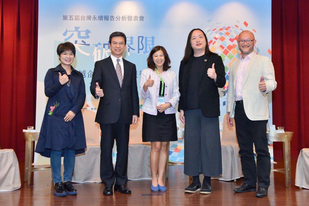 行政院政務委員唐鳳(右二)與四位與談人探討「從社群媒體與數位內容角度,如何贏得利...