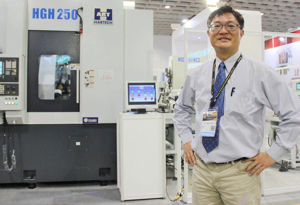 和大工業自動化辦公室經理蔡耀毅說明,齒輪智慧製造產線各項製程及核心技術。 戴辰/...
