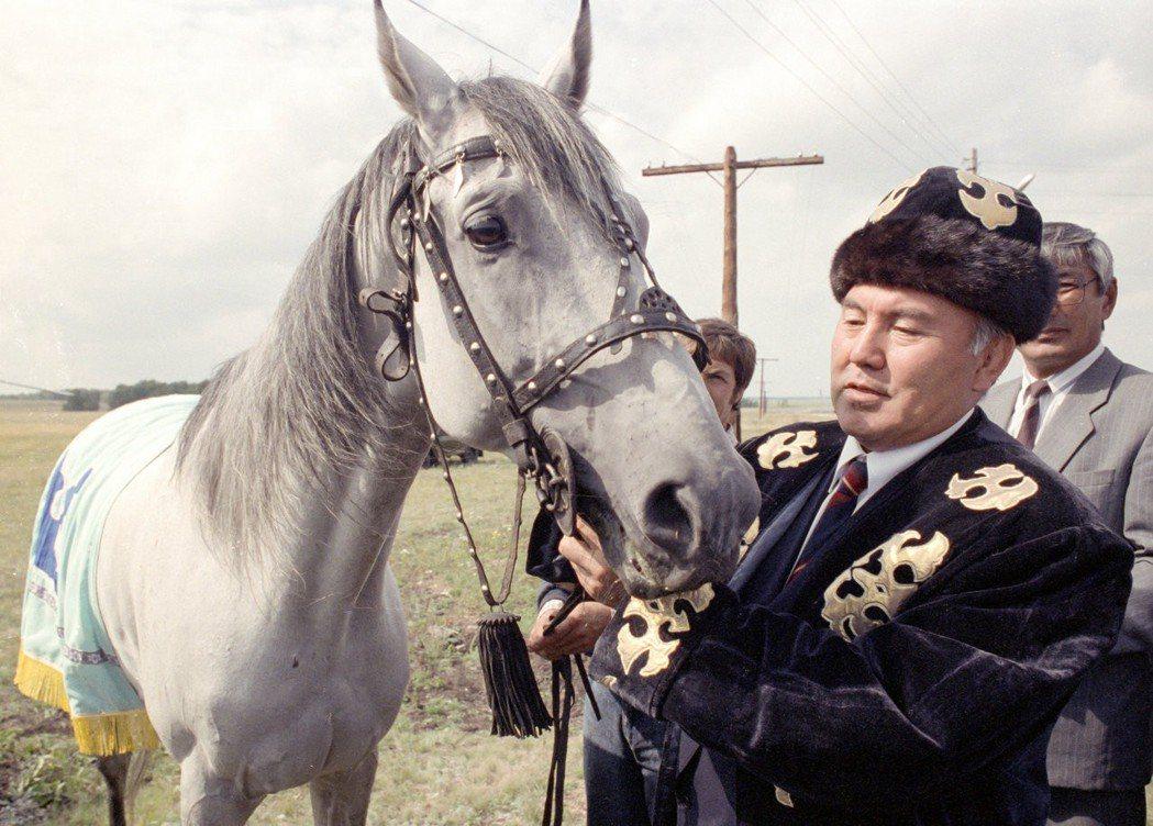 自從1991年哈薩克獨立後,納札爾包耶夫就一直擔任總統——他是現代哈薩克的國父,...