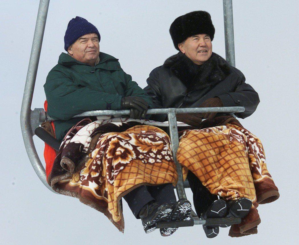 納札爾包耶夫(右)任內,倚賴著石油經濟讓哈薩克經濟成長了10倍以上。但78歲的他...
