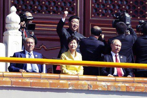 獨裁者會隨著時代進化,也可能面臨退化危機?左為今年3月閃電辭職的哈薩克獨裁總統納...