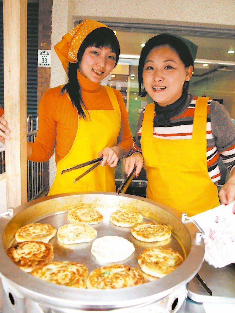 慕鈺華(右)昔日帶著女兒張瑞涵一起煎青蔥餅。記者廖雅欣/攝影