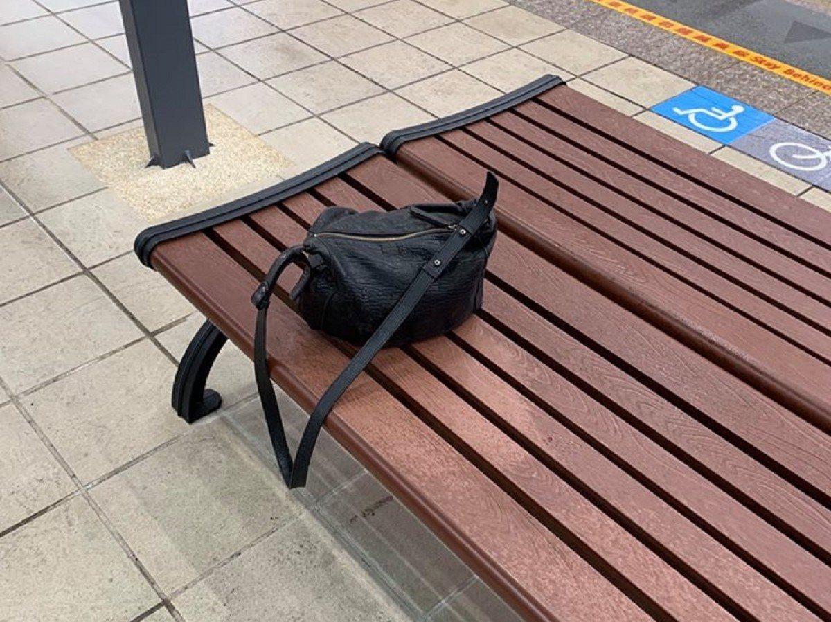 林姓民眾將裝滿現金的包包遺忘在淡海輕軌站內的座椅上,所幸被巡邏的捷運警察發現,並...