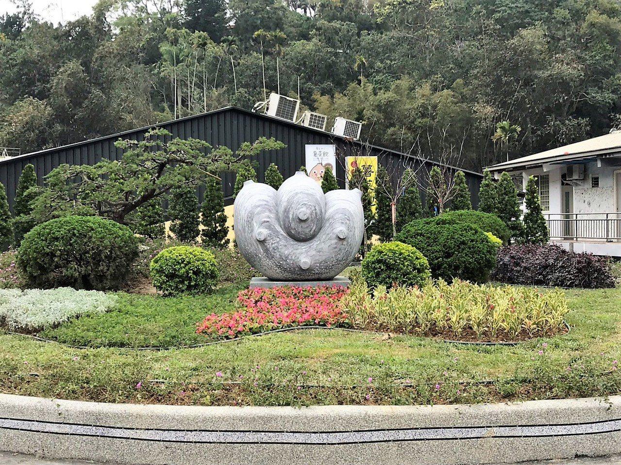 日月潭風管處近來整頓各種新意象,遠從花蓮協調遷移知名石雕作品「大福神」,擺放在涵...