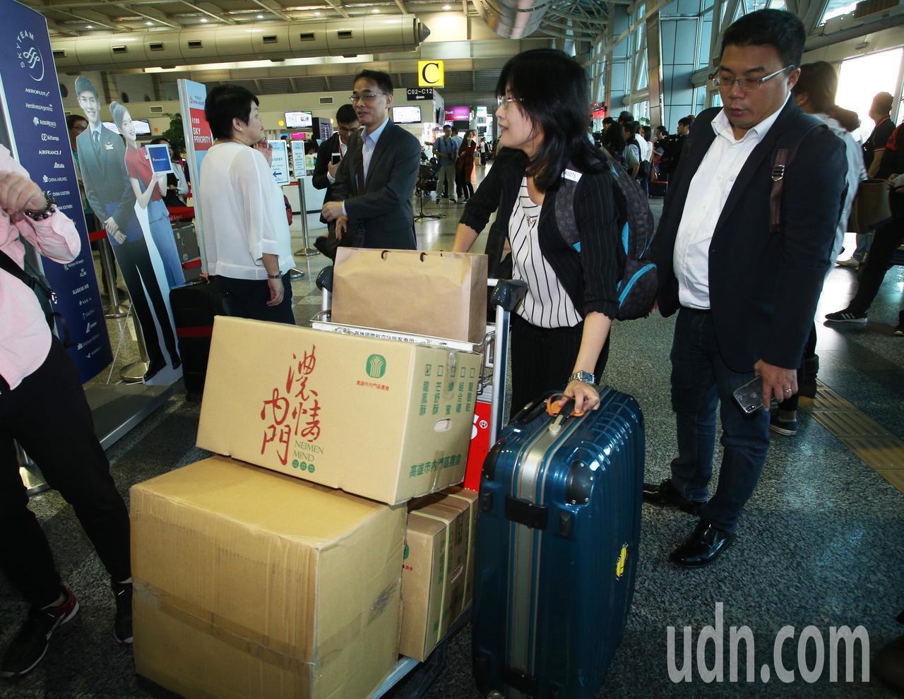 高雄市長韓國瑜出現小港機場準備登機前往港澳大陸行,市府準備伴手禮。記者劉學聖/攝...