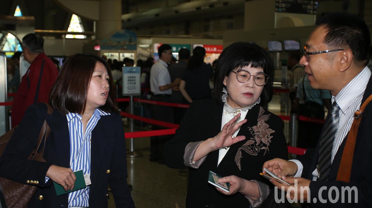 高雄市長韓國瑜出現小港機場準備登機前往港澳大陸行,隨行官員。記者劉學聖/攝影