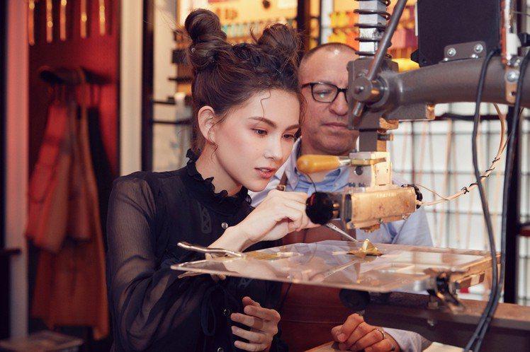 丸子頭造型的昆凌在紐約第五大道COACH專門店體驗訂製服務。圖/COACH提供